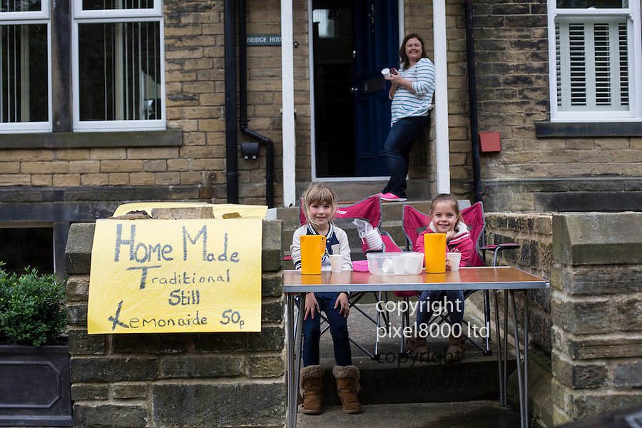Grand Depart - Tour de France 2014<br /> Yorkshire England.<br /> Commercial opportunities for these children selling lemonade<br /> <br /> Pic by Gavin Rodgers/Pixel 8000 Ltd