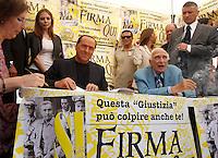 20130831 ROMA-POLITICA: BERLUSCONI FIRMA LE PROPOSTE REFERENDARIE DEI RADICALI SULLA GIUSTIZIA