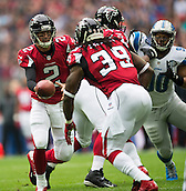 26.10.2014.  London, England.  NFL International Series. Atlanta Falcons versus Detroit Lions.  Falcons' QB Matt Ryan [2] hands off to Falcons' RB Steven Jackson [39].