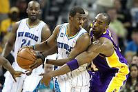 NWO03. NEW ORLEANS (EEUU), 24/04/2011.- El jugador de los Hornets de New Orleans Chris Paul (c) cubre el balón de la marca de Kobe Bryant (d) de los Lakers de Los Ángeles hoy, domingo 24 de abril de 2011, en un partido de la NBA disputado en el New Orleans Arena en New Orleans (EEUU). EFE/DAN ANDERSON/PROHIBIDO SU USO PARA CORBIS