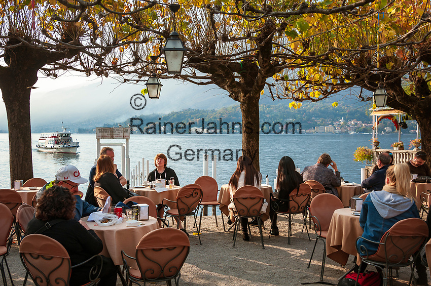 Italy, Lombardia, Bellagio: lakeside café   Italien, Lombardei, Bellagio: Café in traumhafter Lage direkt neben dem Schiffsanleger