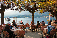 Italy, Lombardia, Bellagio: lakeside café | Italien, Lombardei, Bellagio: Café in traumhafter Lage direkt neben dem Schiffsanleger