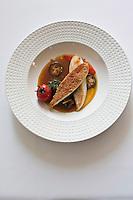 Europe/France/Bretagne/56/Morbihan/Saint-Avé:  Aiguilettes de Saint-Pierre en croustillant, légumes confits, jus tranché aux épices douces et infusion d'agrumes, recette de Vincent David du restaurant: Le Pressoir