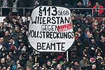 10.03.2018,  Millerntor-Stadion, Hamburg, GER, 2. FBL, 1.FC St.Pauli vs Eintracht Braunschweig im Bild Feature die Pauli Fans zeigen zu Spielbeginn Plakate Foto © nordphoto / Witke
