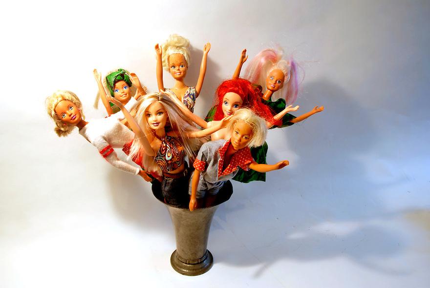 driebergen,10 maart 2009.barbie is 50 jarig. hier een stapel goed gebruikte barbie's, vol met jeugdherinneringen. bosje barbie's in een vaas.. Foto: (c) Renee Teunis