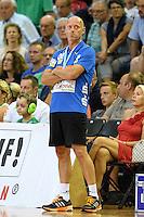 Trainer Magnus Andersson (FAG) verfolgt das Spiel nachdenklich von der Seitenlinine