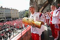 FUSSBALL  DFB POKAL FINALE  SAISON 2013/2014  18.05.2014 Der FC Bayern Muenchen feiert auf dem Rathausbalkon am Muenchner Marienplatz, Thomas Mueller mit DFB Pokal