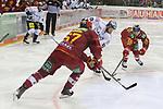 Berlins BrendanRanford (Nr.10)  zwischen Duesseldorfs Carl Ridderwall (Nr.22) und Duesseldorfs Bernhard Ebner (Nr.67) beim Spiel in der DEL, Duesseldorfer EG (rot) - Eisbaeren Berlin (weiss).<br /> <br /> Foto © PIX-Sportfotos *** Foto ist honorarpflichtig! *** Auf Anfrage in hoeherer Qualitaet/Aufloesung. Belegexemplar erbeten. Veroeffentlichung ausschliesslich fuer journalistisch-publizistische Zwecke. For editorial use only.