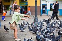 Merida_VEN, Venezuela...Garota jogando milho aos pombos em rua de Merida, Venezuela...Girl throwing corn to the pigeons in a street of Merida, Venezuela...Foto: JOAO MARCOS ROSA / NITRO