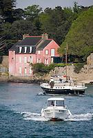Europe/France/Bretagne/56/Morbihan/Golfe du Morbihan: Navigation sur le Golfe du Morbihan, la Maison rose est le repère maritime qui marque l'entrée de la rivière de Vannes