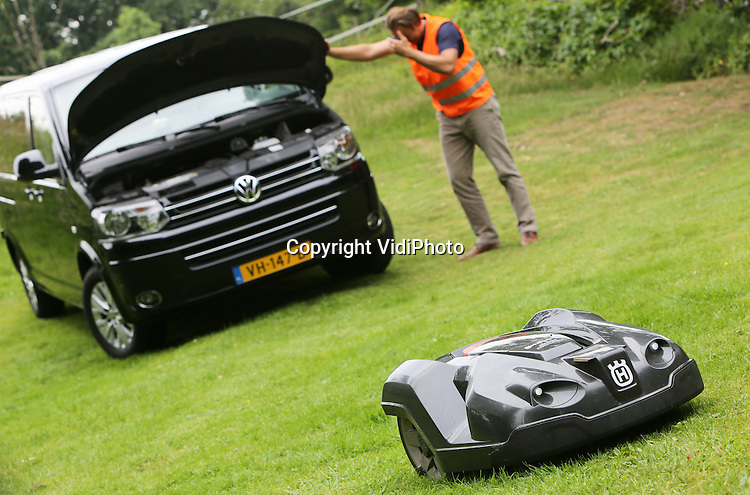 Foto: VidiPhoto<br /> UGCHELEN - Je verwacht meer als je Volkswagen Business Edition rijdt. Standaard navigatie, parkeersensoren, blue tooth et cetera. In een reclamecommercial van het automerk, die veelvuldig op de radio te horen is, refereert VW aan &lsquo;simpele&rsquo; grasmaaiers. Die zouden dit soort extra&rsquo;s niet bezitten. Husqvarna, 20 jaar geleden uitvinder van de Automower, reageert met een knipoog met beeld van een gestrande Volkswagen Business Edition, terwijl op de voorgrond een ultrastille Automower doorwerkt. Deze maaier is standaard rijk uitgerust met bijvoorbeeld GPS-navigatie, timer, parkeersensoren, een dockingstation en heeft als extra een trackingsysteem en koplampen. De Automower is sinds dit jaar met een zogenoemde Connect Module ook op afstand via een smartphone te besturen. Bovendien zijn deze grasmaaiers CO2 neutraal en bestaat er zelfs een model dat werkt op zonne-energie. Iris Strijd, marketing manager van Husqvarna: &quot;Mede omdat ons bedrijfswagenpark in de Benelux 20 Volkswagens telt, bieden wij de importeur graag een proefritje aan met onze Automower 330X. Overigens rijden er inmiddels meer dan 50.000 robotmaaiers in Nederlandse tuinen.&quot;