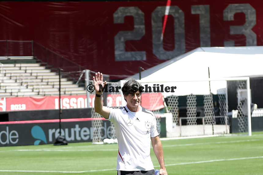 Bundestrainer Joachim Loew (D) begruesst die Fans - Training der Nationalmannschaft in Washington, RFK Stadium