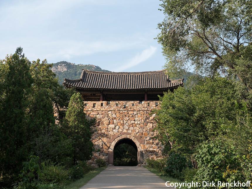 S&uuml;dtor der Bergfestung Jongbangsan, Nordkorea, Asien<br /> South Gate of moauntainfortess Jongbangsan, North Korea, Asia