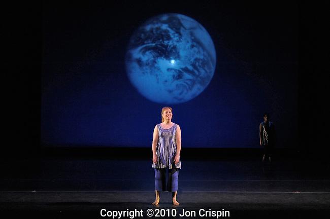 Smith College Fall Dance..© 2010 JON CRISPIN .Please Credit   Jon Crispin.Jon Crispin   PO Box 958   Amherst, MA 01004.413 256 6453.ALL RIGHTS RESERVED.JON CRISPIN .
