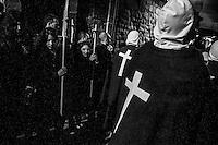 Body as Sacrifice. LA RIOJA, 2013-14. La Procesi&oacute;n de los &ldquo;Picaos&rdquo; se celebra todos los a&ntilde;os en San Vicente de la Sonsierra en la Rioja (Espa&ntilde;a). Es la &uacute;nica tradici&oacute;n religiosa en Espa&ntilde;a en la que la flagelaci&oacute;n es tomada como forma de penitencia.<br /> Los &ldquo;Picaos&rdquo; ofrecen su cuerpo como sacrificio golpe&aacute;ndose la espalda con unas madejas de esparto y algod&oacute;n. Para ellos es una forma de ruego a Dios para que escuchen sus plegarias; es una forma intima de manifestar su devoci&oacute;n y una forma de crear una conexi&oacute;n directa con Dios. Para participar en el ritual una tiene que ser hombre, mayor de edad y tener un certificado de su cristiandad de su p&aacute;rroco.<br /> Body as Sacrifice. LA RIOJA, 2013-14. La Procesi&oacute;n de los &ldquo;Picaos&rdquo; se celebra todos los a&ntilde;os en San Vicente de la Sonsierra en la Rioja (Espa&ntilde;a). Es la &uacute;nica tradici&oacute;n religiosa en Espa&ntilde;a en la que la flagelaci&oacute;n es tomada como forma de penitencia.<br /> Los &ldquo;Picaos&rdquo; ofrecen su cuerpo como sacrificio golpe&aacute;ndose la espalda con unas madejas de esparto y algod&oacute;n. Para ellos es una forma de ruego a Dios para que escuchen sus plegarias; es una forma intima de manifestar su devoci&oacute;n y una forma de crear una conexi&oacute;n directa con Dios. Para participar en el ritual una tiene que ser hombre, mayor de edad y tener un certificado de su cristiandad de su p&aacute;rroco.<br /> La procesi&oacute;n tiene lugar en completo silencio. Los &ldquo;Picaos&rdquo; caminan por los estrechas calles del pueblo con un &ldquo;hermano cofrade&rdquo;. &Eacute;l vigilar&aacute; sus heridas y le servir&aacute; como guia espiritual. El nombre de &ldquo;Picaos&rdquo; viene dado por el acto de &ldquo;picar&rdquo; las llagas que se forman en el lumbar tras casi setecientos golpes, con una &ldquo;esponja&rdquo; de cera recubierta de 12 peque&nt