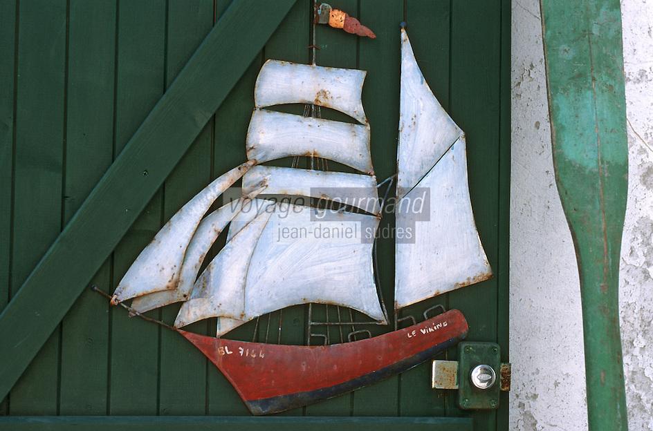France/17/Charente Maritime/Ile de Ré/La Flotte en Ré: Enseigne en forme de bateau d'une boutique de brocante et d'antiquité