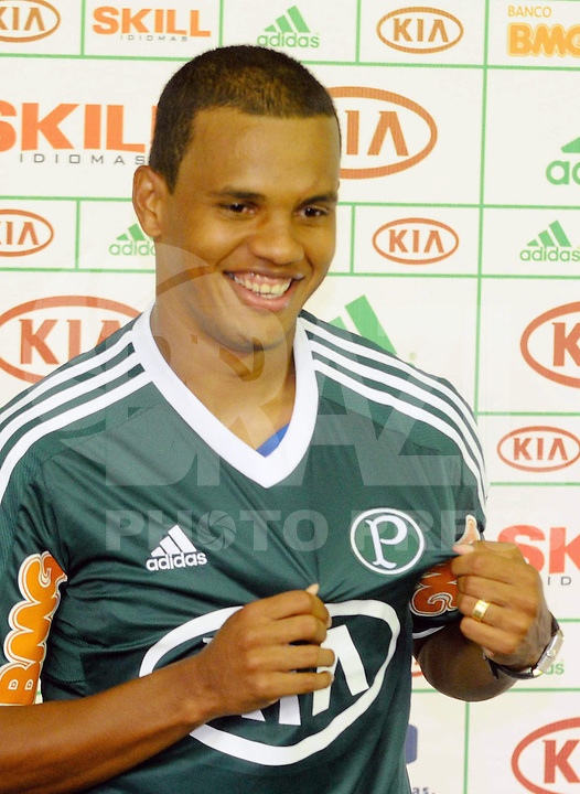 SAO PAULO, SP, 03 DE FEVEREIRO DE 2012. Apresentacao do jogador Artur  ct do Palmeiras na BarraFunda (FOTO: ADRIANO LIMA - NEWS FREE).