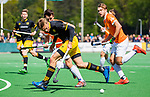 BLOEMENDAAL - Noud Schoenaker (Den Bosch)  met Arthur van Doren (Bldaal) en rechts Manu Stockbroekx (Bldaal) tijdens de hoofdklasse competitiewedstrijd hockey heren,  Bloemendaal-Den Bosch  COPYRIGHT KOEN SUYK