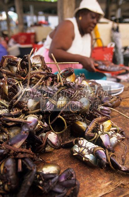 Europe/France/DOM/Antilles/Petites Antilles/Guadeloupe/Pointe-à-Pitre : Marché de Bergevin - Marchande de crabes de terre