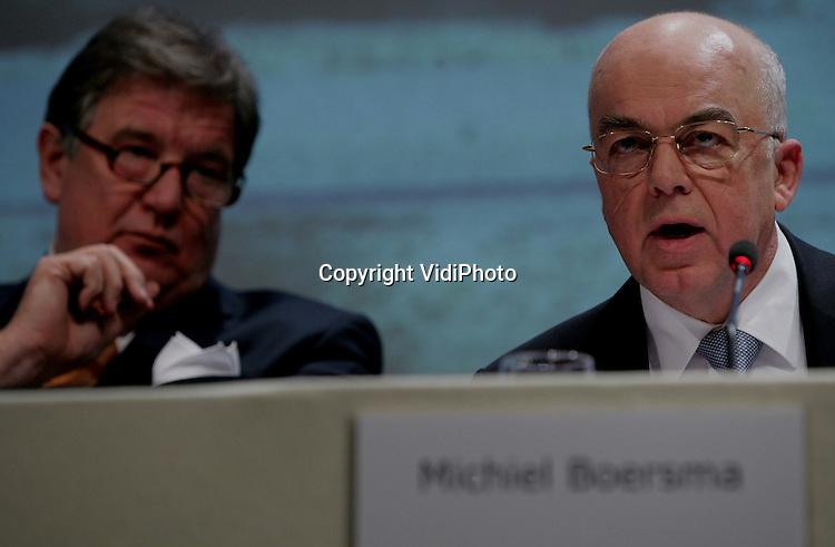 Foto: VidiPhoto..ARNHEM - Persconferentie van het Duitse energiebedrijf RWE en het Nederlandse Essent die de overname van Essent bekend maken. Foto: Essent-bestuursvoorzitter Michiel Boersma, links RWE-bestuursvoorzitter Grossmann.
