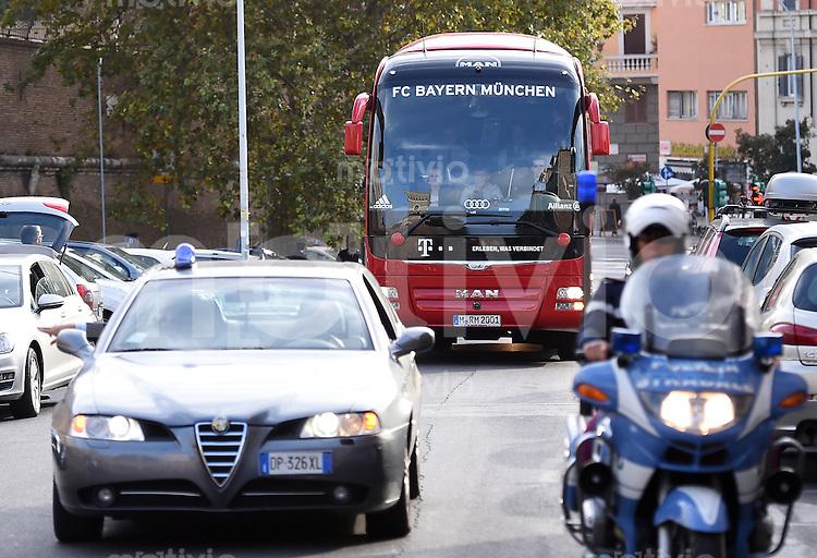 Rom, Vatikan 22.10.2014 Der FC Bayern Muenchen besucht den Vatikan, Papst Franziskus I. empaengt die Delegation des Club zu einer Privataudienz. Der Mannschaftsbus faehrt mit Polizeiescorte in den Vatikan.