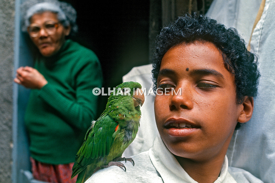 Criança com periquito, favela da Rocinha, Rio de Janeiro. 1988. Foto de Juca Martins.