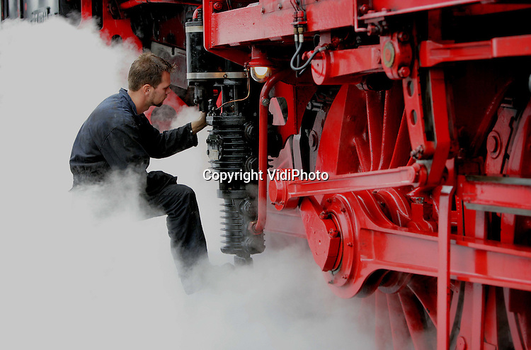 """Foto: VidiPhoto..BEEKBERGEN - In Beekbergen zijn vrijdagmiddag acht stoomlocomotieven onder stoom gebracht voor de opendag """"Terug naar Toen"""" van de Veluwse Stoomtrein Maatschappij (VSM) dat zaterdag van start gehad. De locomotieven worden vrijdag allemaal aan elkaar gekoppeld, iets wat nog niet eerder is vertoond. De VSM is het grootste rijdende-stoomtreinmuseum van Nederland."""