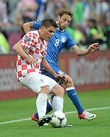 FUSSBALL  EUROPAMEISTERSCHAFT 2012   VORRUNDE Italien - Kroatien                    14.06.2012 Ognjen Vukojevic (li, Kroatien) gegen Claudio Marchisio (re, Italien)