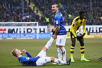 Wadenkrampf bei Fabian Holland (SV Darmstadt 98), Jerome Gondorf (SV Darmstadt 98) hilft- 11.02.2017: SV Darmstadt 98 vs. Borussia Dortmund, Johnny Heimes Stadion am Boellenfalltor