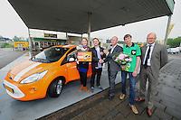 ALGEMEEN: JOURE: Ford e-KA uitreiking in Joure, 31-05-2012, Winnaar Johannes Terpstra uit Joure samen z'n vriendin Miriam en baby Annabel, Willem Huitema (Joure Ford dealer), de BP stationsmanager / medewerker Albert Brouwer (die de bloemen overhandigd), Johan van der Elst (Manager Retail Slump Oil), ©foto Martin de Jong