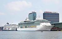 Nederland - Amsterdam - 2018.  Cruiseschip bij de Passengers Terminal aan het IJ.   Foto Berlinda van Dam / Hollandse Hoogte.