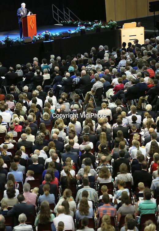 Foto: VidiPhoto<br /> <br /> GORINCHEM - In de Evenementenhal in Gorinchem is zaterdag de zendingsdag van Zending Gereformeerde Gemeenten (ZGG) gehouden, waar enkele duizenden bezoekers op af kwamen. Naast woordverkondiging van onder andere een spreker uit Bali (dr. D. Wibowo, rector van de theologische school Johannes Calvijn) was er ook ruimte voor koorzang en ontmoeting van de tientallen stands.