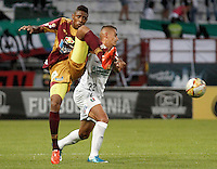 MANIZALES - COLOMBIA, 28-11-2015: Cesar Quintero (Der) de Once Caldas disputa el balón con Julian Quiñonez (Izq) de Deportes Tolima durante partido de ida de los cuadrangulares finales de la Liga Águila II 2015 jugado en el estadio Palogrande de la ciudad de Manizales. / Cesar Quintero (R) player of Once Caldas fights for the ball with Julian Quiñonez  (L) player of Deportes Tolima during first leg match of the finals quadrangular of the Aguila League II 2015 played at Palogrande stadium in Manizales city. Photo: VizzorImage / Santiago Osorio /