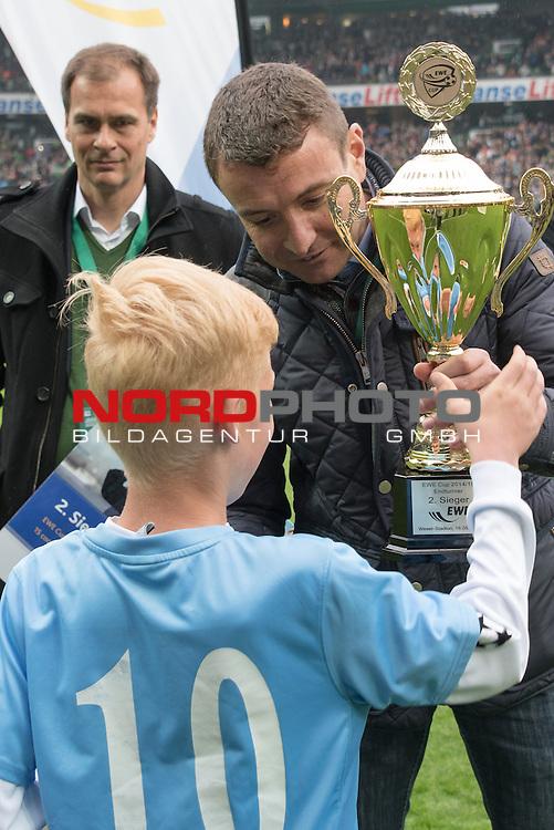 16.05.2015, Weser Stadion, Bremen, GER, EWE CUP 2015 - E Jugend Finale - SG GW Harburg vs SV Holdorf, im Bild<br /> <br />  Luca Weigelt (SV Holdorf) erh&auml;lt den Pokal f&uuml;r den 2. Platz aus dePeter G&ouml;ttelmann (Marketingleiter EWE)r Hand von <br /> <br /> Foto &copy; nordphoto / Kokenge