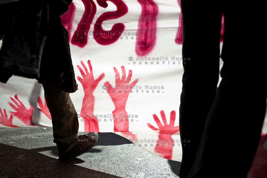 """Il particolare di uno striscione esposto durante la manifestazione """"Occupy Wall Street"""" di Roma"""