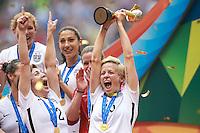 VANCOUVER, CANADÁ, 05.07.2015 - EUA-JAPÃO - Lori Chalupny (D) dos Estados Unidos comemora apos conquistarem a Copa do Mundo de Futebol Feminino no Estádio BC Place em Vancouver no Canadá neste domingo, 05. (Foto: William Volcov/Brazil Photo Press