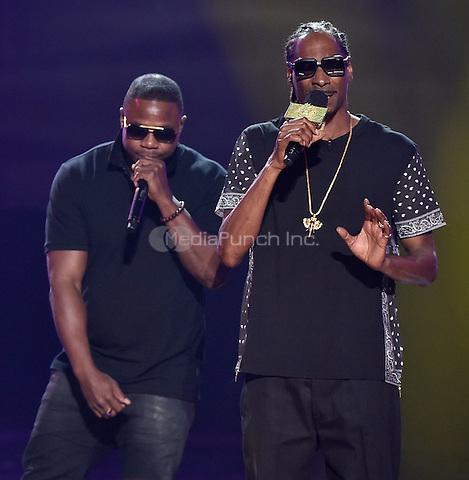 "ATLANTA - SEPTEMBER 20: Show host Uncle Snoop, right, and I Am Hip Hop award winner Doug E. Fresh perform ""Lodi Dodi"" at the BET Hip Hop Awards 2014 at the Boisfeuillet Jones Atlanta Civic Center on September 20, 2014 in Atlanta, Georgia. Credit: PGTulis/MediaPunch"