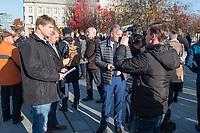 """Vertreter der Lausitzer Kohlereviere protestierten am Donnerstag den 14. November 2019 in Berlin vor dem Kanzleramt fuer eine bessere finanzielle Absicherung beim Ausstieg aus der Kohlefoerderung. Unter anderem forderten sie, dass eine Investitionspauschale fuer die Absicherung des kommunalen Eigenanteils festgeschrieben wird.<br /> Aufgerufen zu dem Protest hatte ein freiwilliges Buendnis der sogenannten """"Lausitzrunde"""".<br /> Im Bild: Unter die Buergermeister und Ortsvorsteher mischten sich auch Abgeordnete der rechtspopulistischen """"Alternative fuer Deutschland, AfD. Vlnr.: Jochen Haug, Karsten Hilse, Leif-Erik Holm werden von einem AfD-Mitarbeiter fuer Propagandezwecke gefilmt.<br /> 14.11.2019, Berlin<br /> Copyright: Christian-Ditsch.de<br /> [Inhaltsveraendernde Manipulation des Fotos nur nach ausdruecklicher Genehmigung des Fotografen. Vereinbarungen ueber Abtretung von Persoenlichkeitsrechten/Model Release der abgebildeten Person/Personen liegen nicht vor. NO MODEL RELEASE! Nur fuer Redaktionelle Zwecke. Don't publish without copyright Christian-Ditsch.de, Veroeffentlichung nur mit Fotografennennung, sowie gegen Honorar, MwSt. und Beleg. Konto: I N G - D i B a, IBAN DE58500105175400192269, BIC INGDDEFFXXX, Kontakt: post@christian-ditsch.de<br /> Bei der Bearbeitung der Dateiinformationen darf die Urheberkennzeichnung in den EXIF- und  IPTC-Daten nicht entfernt werden, diese sind in digitalen Medien nach §95c UrhG rechtlich geschuetzt. Der Urhebervermerk wird gemaess §13 UrhG verlangt.]"""