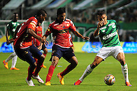 CALI -COLOMBIA-03-06-2015. Andres Roa (Der.) jugador de Deportivo Cali disputa el balón con Christian Marrugo (C) y Didier A. Moreno (Izq) jugadores de Independiente Medellin durante partido de ida de la final entre Deportivo Cali y Indpendiente Medellin por la Liga Aguila I 2015 jugado en el estadio Deportivo Cali (Palmaseca) de la ciudad de Cali. / Andres Roa (R) player of Deportivo Cali fights for the ball with Christian Marrugo (C) and Didier A. Moreno (L) players of Indpendiente Medellin during a first leg match of the final between Deportivo Cali and Indpendiente Medellin for the Liga Aguila I 2015 played at the Deportivo Cali (Palmaseca) stadium in Cali city.Photo: VizzorImage/ RN  / Cont