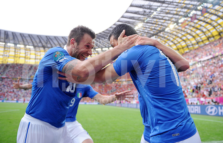 FUSSBALL  EUROPAMEISTERSCHAFT 2012   VORRUNDE Spanien - Italien            10.06.2012 Antonio Cassano (li, Italien) und Antonio Di Natale (Ire, talien) bejubeln den Treffer zum 0:1