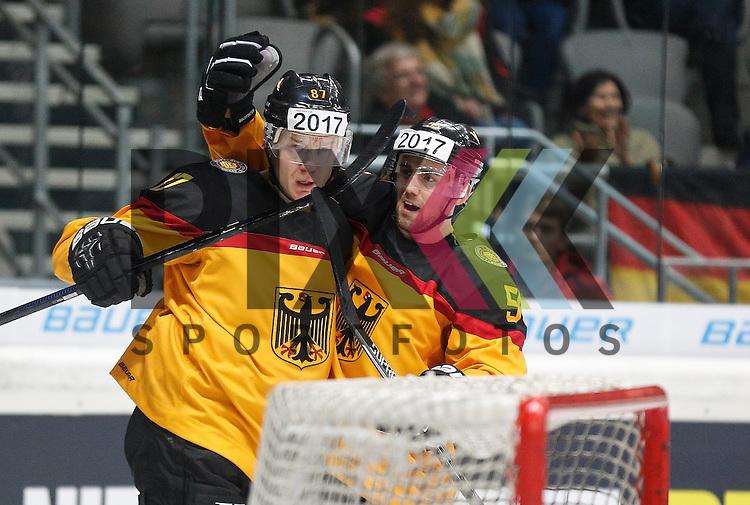 Torjubel nach dem 1:0 durch Philip GOGULLA (Deutschland, li.), mit Patrick HAGER,<br /> <br /> Eishockey, Deutschland-Cup 2015, Augsburg, Deutschland vs. Schweiz, 06.11.2015,<br /> <br /> Foto &copy; PIX-Sportfotos *** Foto ist honorarpflichtig! *** Auf Anfrage in hoeherer Qualitaet/Aufloesung. Belegexemplar erbeten. Veroeffentlichung ausschliesslich fuer journalistisch-publizistische Zwecke. For editorial use only.
