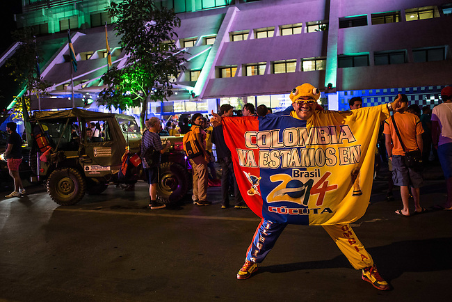 Los hinchas armaron una buena rumba en la puerta del hotel Deville de Cuiaba mientras esperaban al omnibus que traia la seleccion Colombia que llego desde Sao Paulo al aeropuerto local el 22 de junio de2014. Colombia enfrentara a Jap&oacute;n en esta ciudad del Mato Grosso en el ultimo partido de la ronda inicial del Mundial de Brasil<br />   Lorenzo Moscia/Archivolatino<br /> <br /> <br /> <br /> <br /> lCOPYRIGHT: Archivolatino<br /> Solo para uso editorial, prohibida su venta y su uso comercial.eccion Colombia en Brasilia<br /> <br /> <br /> <br /> <br /> lCOPYRIGHT: Archivolatino<br /> Solo para uso editorial, prohibida su venta y su uso comercial.eccion Colombia en Brasilia
