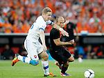 Nederland, Rotterdam, 30 mei 2012.Oefeninterland .Nederland-Slowakije .Arjen Robben (r.) van Nederland en Tomas Hubocan (l.) van Slowakije strijden om de bal