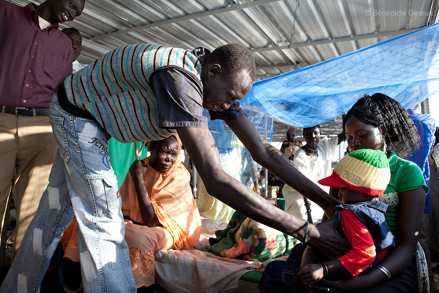 17 december 2010 - Juba, South Sudan - Relatives come pick their familiars. South Sudan returnees arrive at the main port of Juba after 17 days on a boat from Khartoum. Over 55,000 southerners have returned ahead of the January 9, 2011 referendum on the independence of the South. Many Southern Sudanese fled to the north during the second north-south civil war, which began in 1983 and ended with a 2005 peace deal that granted the south the right to secede through a referendum. Photo credit: Benedicte Desrus