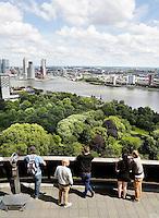 Nederland Rotterdam 2016 . Hoogbouw in het centrum van Rotterdam. Mensen bekijken de stad vanaf de Euromast.  Foto Berlinda van Dam / Hollandse Hoogte