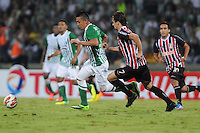 MEDELLÍN -COLOMBIA-06-11-2013. Fernando Uribe (Izq.) de Atlético Nacional de Colombia disputa el balón con Rodrigo Caio (Der.) de Sao Paulo de Brasil en el juego de vuelta de los cuartos de final de la Copa Total Sudamericana 2013 realizado en el estadio Atanasio Girardot de Medellín./ Fernando Uribe (L) player of Atletico Nacional of Colombia fights for the ball with Rodrigo Caio (R) of Sao Paulo of Brazil during the match of the second leg of the quarter finals for the Copa Total Sudamericana 2013 played at Atanasio Girardot stadium in Medellin. Photo: VizzorImage/Luis Ríos/STR