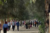 Egypte, Belbeis, 6 mei 2007..Sekem.   .Personeel, werknemers van Sekem verlaten aan het eind van de dag het terrein van Sekem.Employees going home..Foto: (c)Michiel Wijnbergh.