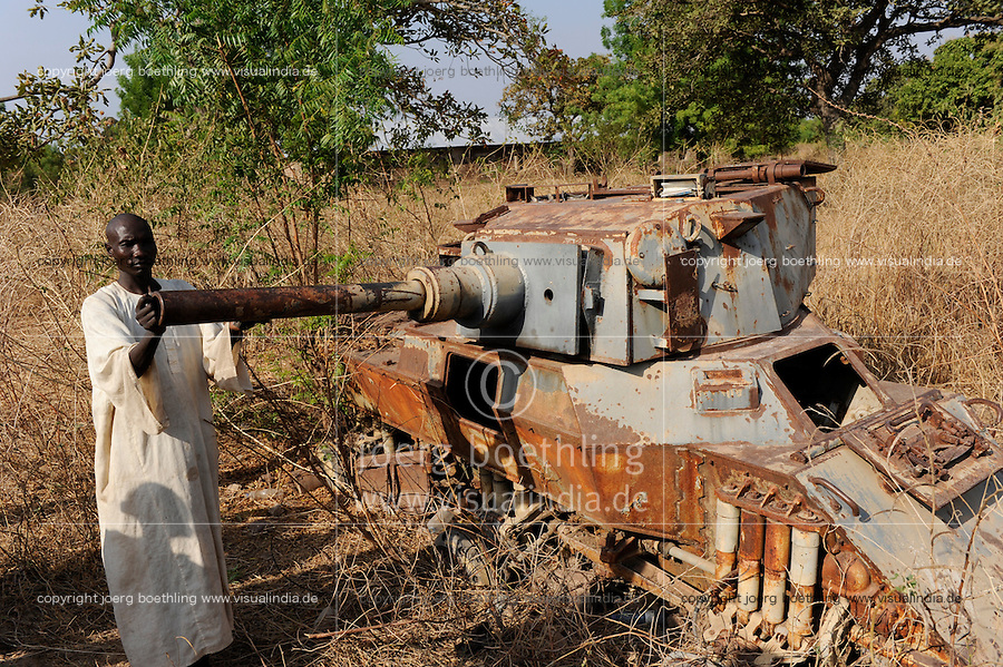 Afrika Sued Sudan Rumbek , zerstoerter Panzer aus dem Konflikt zwischen SPLA , Suedsudanesische Volksbefreiungsarmee und Nord Sudan - Africa South Sudan Rumbek , old tank from war between SPLA and northern Sudan