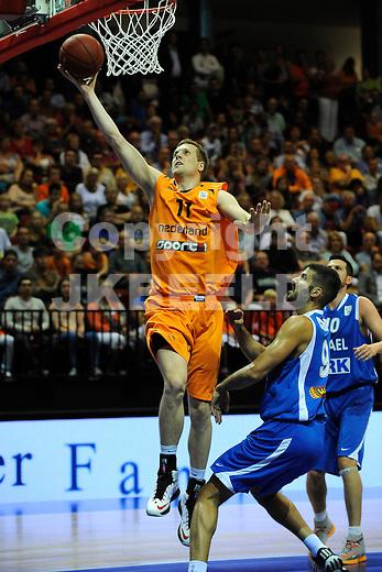 GRONINGEN  Basketbal, Nederland - Israel, Martiniplaza, EK kwalificatie ,  seizoen 2014-2015, 13-08-2014,  score van Thoas Koenis, Omri Casspi is te laat