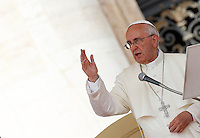Papa Francesco benedice i fedeli al termine dell'udienza generale del mercoledi' in Piazza San Pietro, Citta' del Vaticano, 26 giugno 2013.<br /> Pope Francis waves to faithful at the end of his weekly general audience in St. Peter's Square at the Vatican, 26 June 2013.<br /> UPDATE IMAGES PRESS/Isabella Bonotto<br /> <br /> STRICTLY ONLY FOR EDITORIAL USE